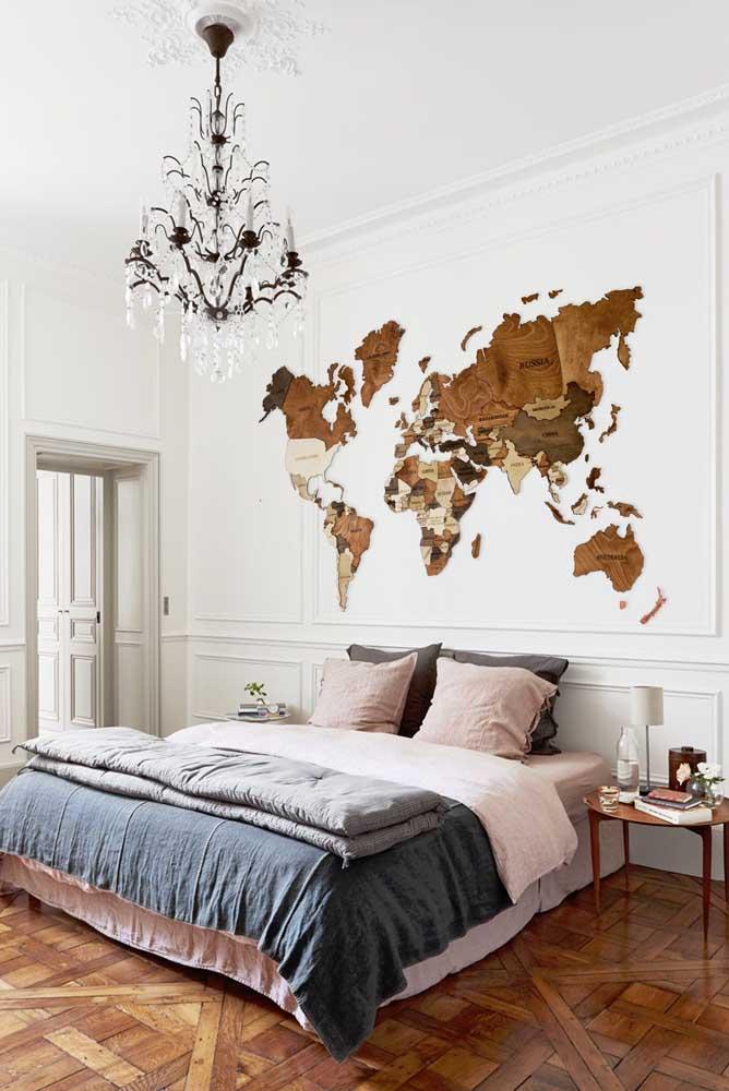 Que lindo esse mapa mundi na parede feito em madeira, parece até um trabalho em marchetaria