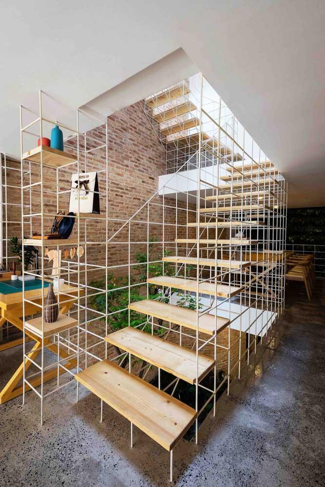 Semelhante a uma obra de construção, essa escada foi montada com tábuas de madeira e estruturas de ferro