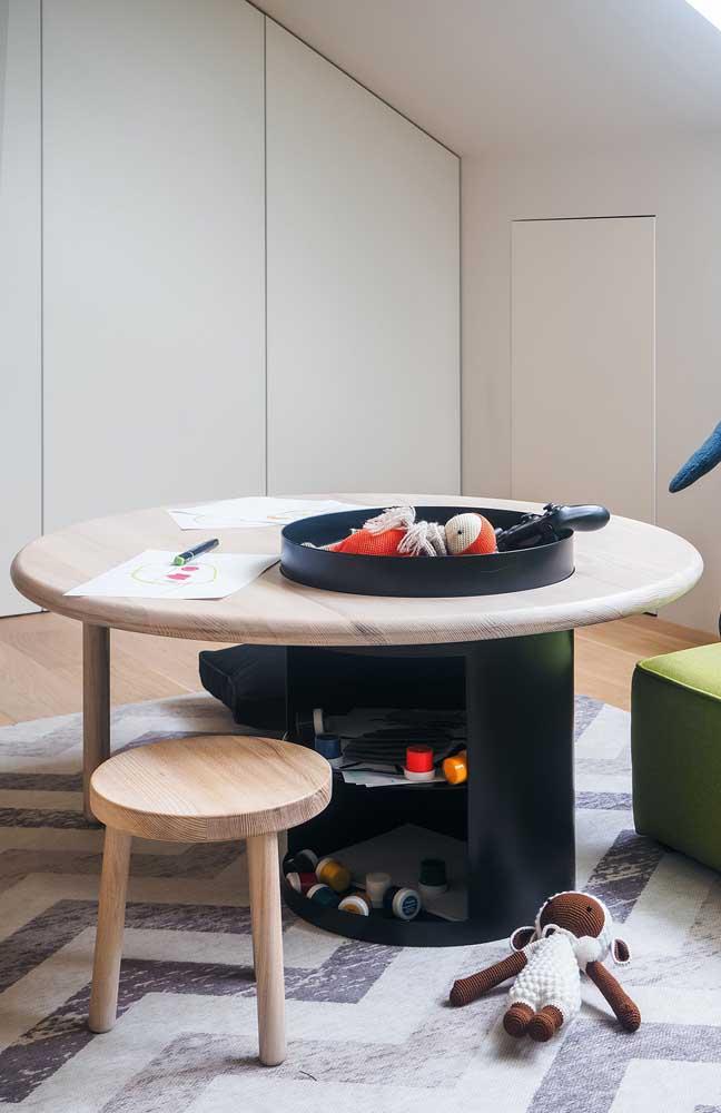 Mesa de atividades para as crianças com espaço para guardar brinquedos nos pés