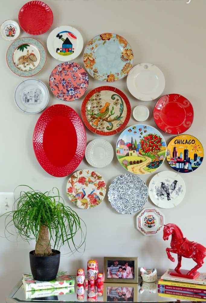 Composição de pratos de porcelana na parede; use aqueles que já perderam os pares