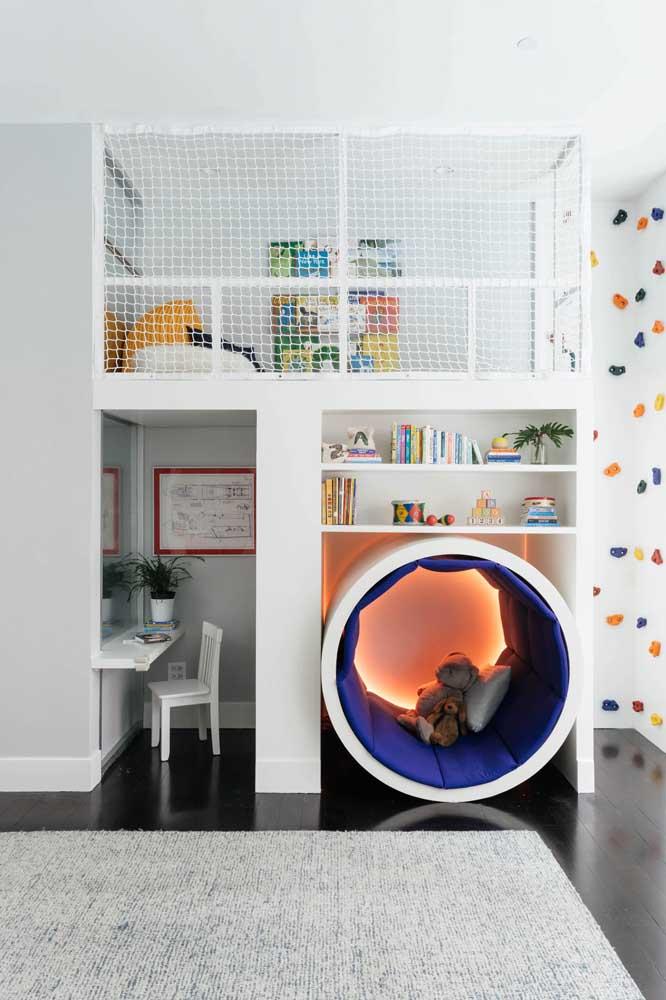 Home office ao lado do espaço de brincar; ambos montados de forma criativa e muito bem planejada para aproveitar a área disponível