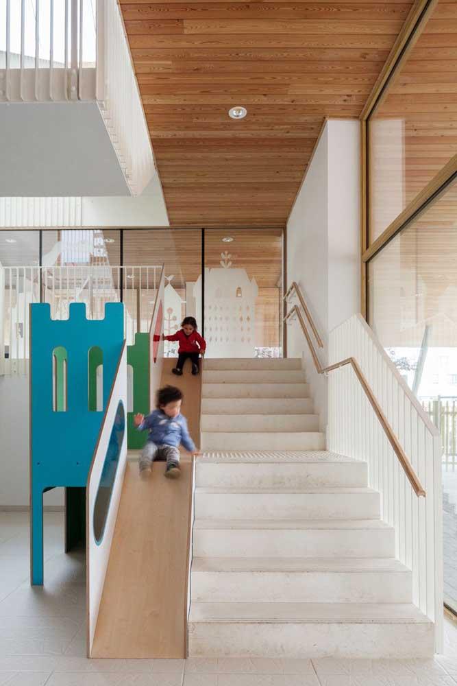 Porque não descer escorregando? Ótima ideia para uma casa com crianças – ou não!