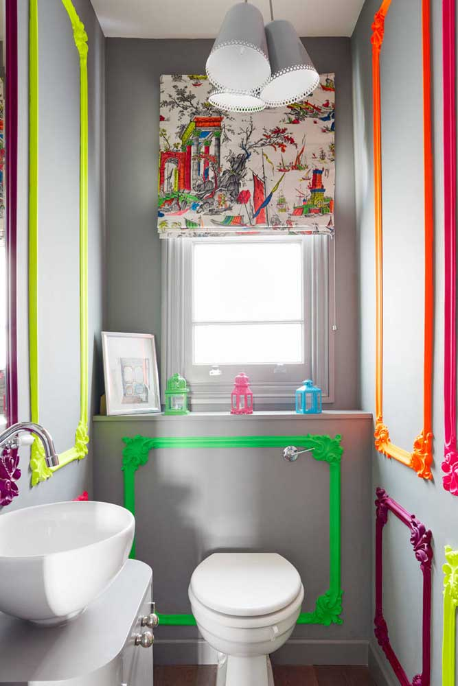 Molduras de gesso coloridas decoram com muita personalidade esse pequeno lavabo
