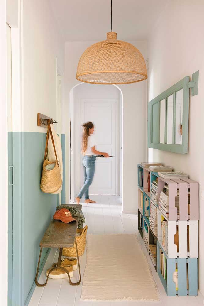 Hall de entrada com caixotes de feira no lugar de sapateiras; decoração criativa e sustentável