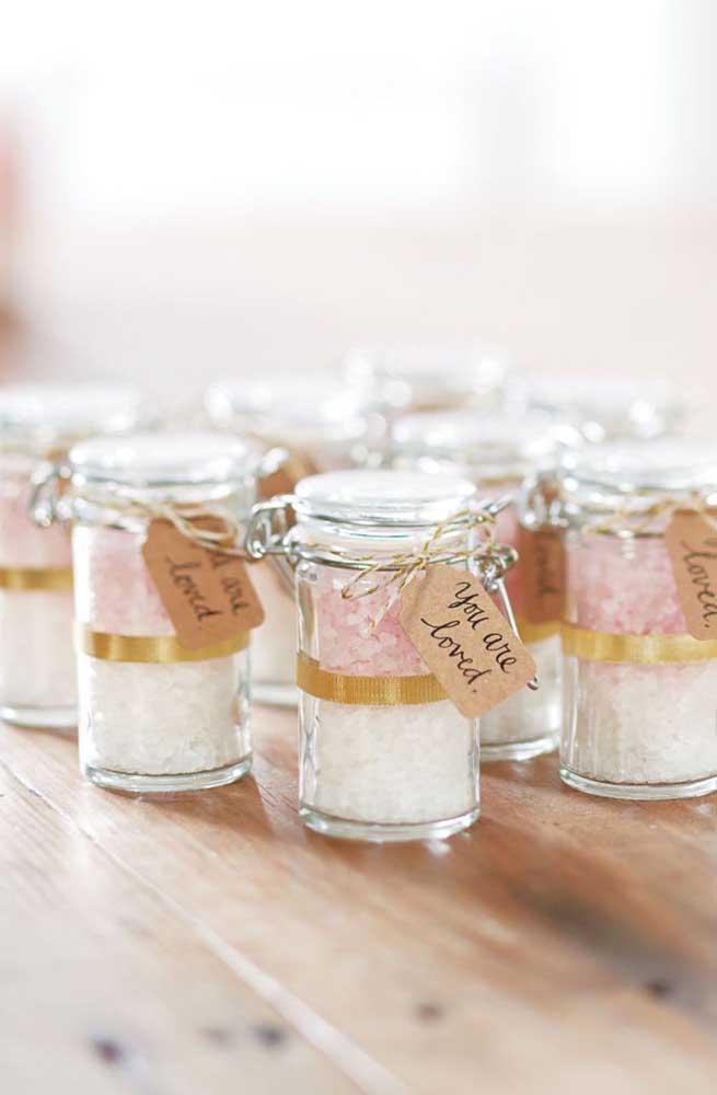 Sais de banho nas cores rosa e branco são a opção de lembrancinha desse chá de bebê
