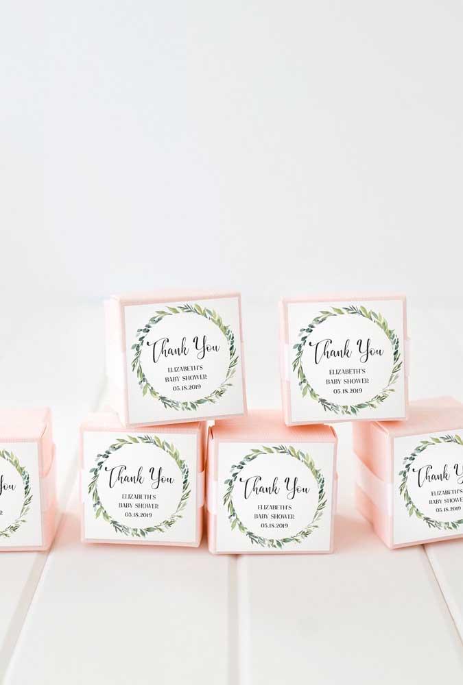 Delicadas caixinhas de papel guardam as lembrancinhas desse chá de bebê