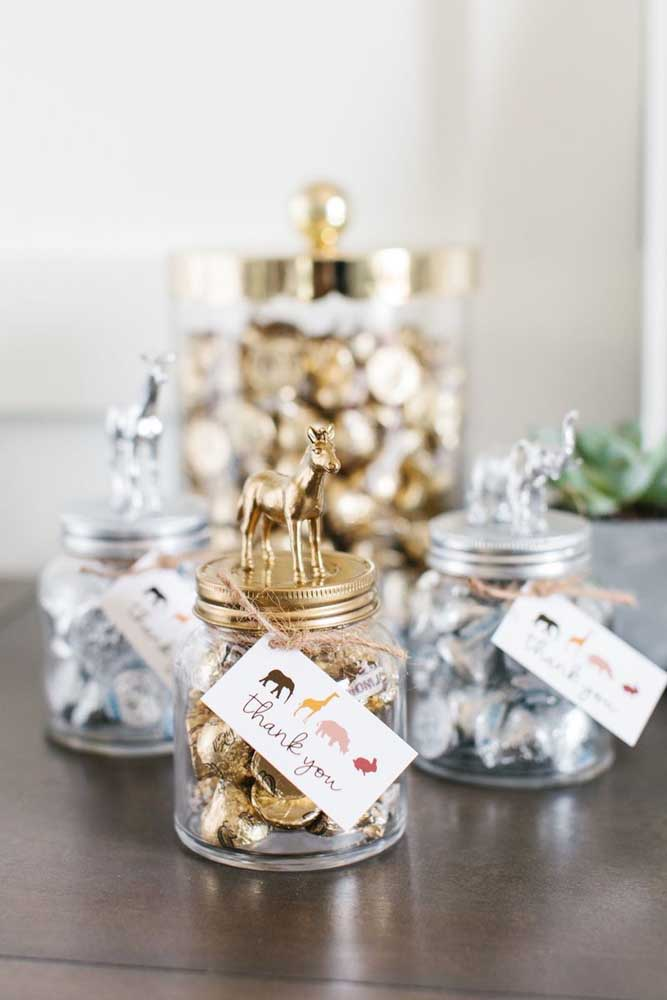 Já para quem deseja investir um pouco mais nas lembrancinhas do chá de bebê, a dica é um pote de vidro personalizado cheio de bombons