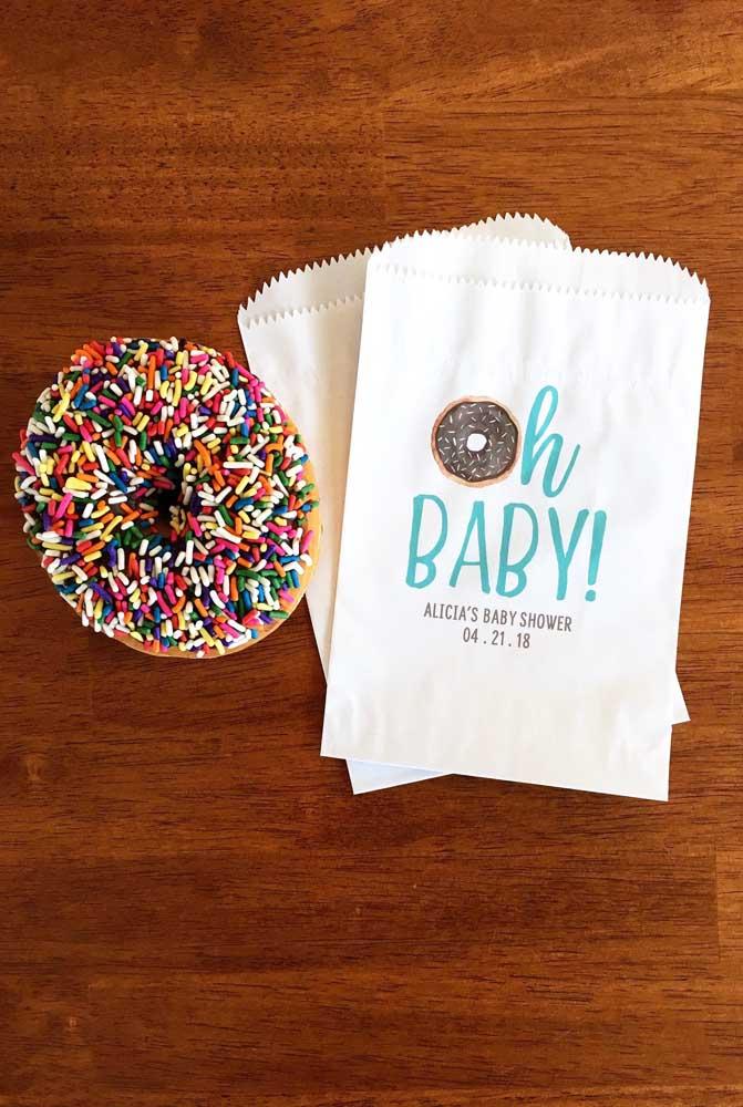 Hummm....quem resiste a um donut's com confetes coloridos? Nada mal para uma lembrancinha de chá de bebê
