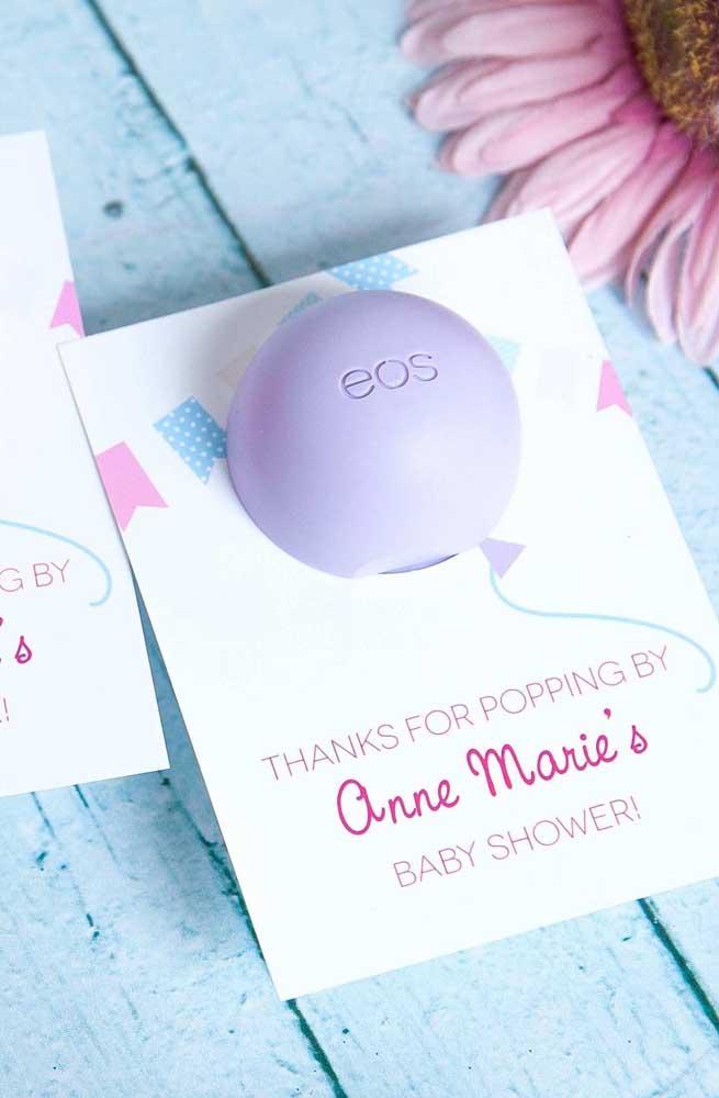 Nessa lembrancinha de chá de bebê o que parece um balão, na verdade, é um sabonete, bem criativa essa ideia, não é mesmo?