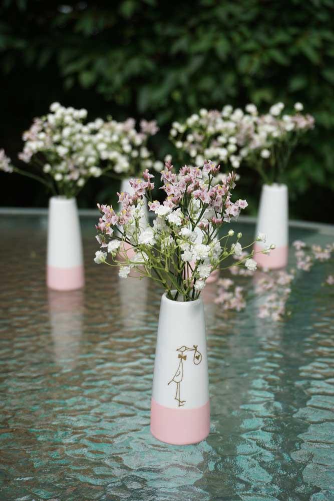 Vasinhos com flores: opção decorativa de lembrancinha de chá de bebê