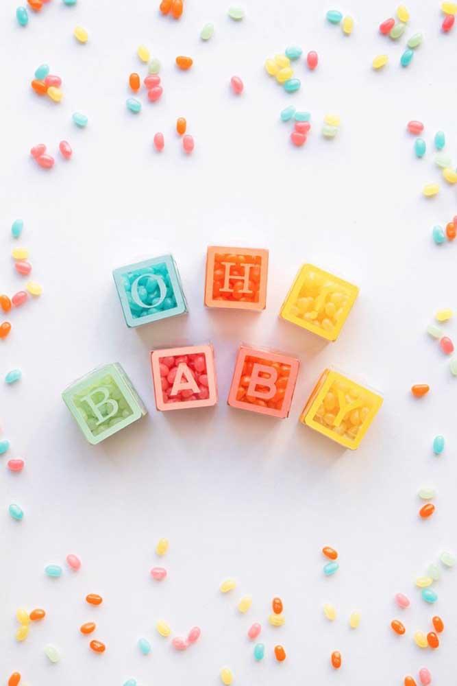 A sugestão aqui de lembrancinha de chá de bebê são caixinhas coloridas de acrílico recheadas de balinhas