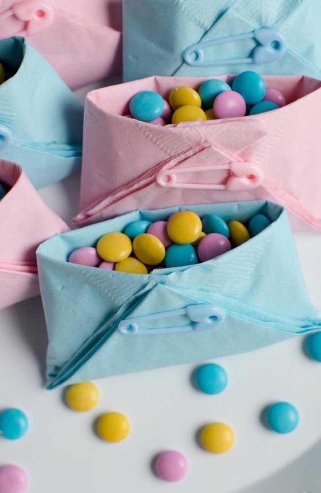 Que ideia linda e fácil de fazer! Fraldinhas de papel guardanapo presas com alfinetes e recheadas com confetes de chocolate