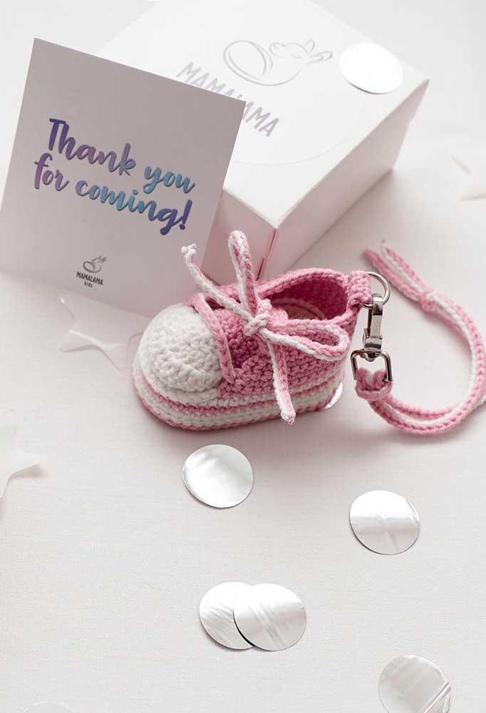 Que linda opção de lembrancinha de chá de bebê! Sapatinhos de crochê