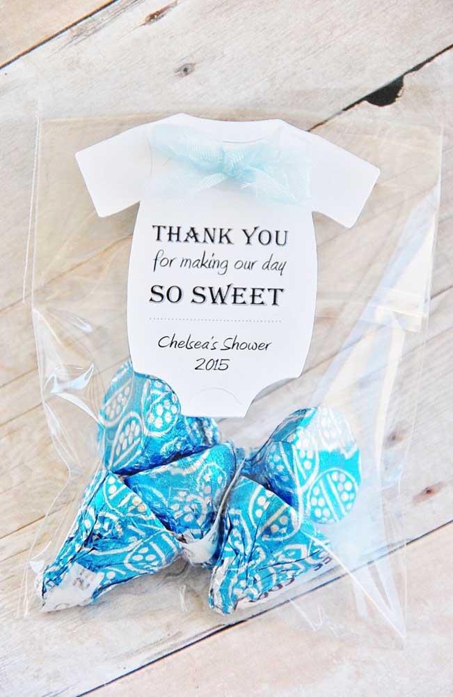 Essa ideia de lembrancinha de chá de bebê também é bem fácil de fazer: bombons no saquinho de plástico com os agradecimentos escritos no body de papel