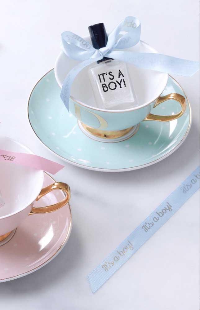 Que lembrancinha mais fofa! Xícaras na cor da decoração do chá