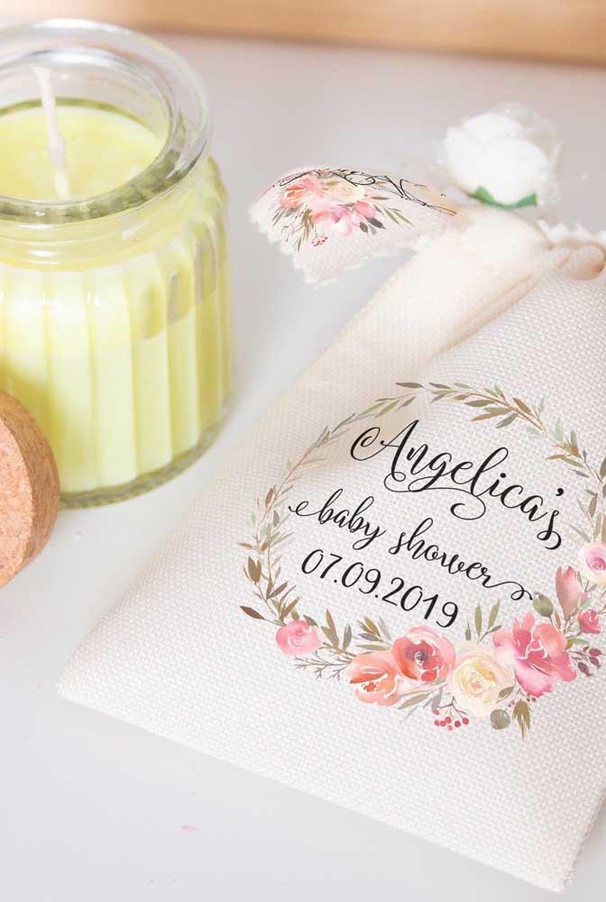 Vela perfumada na sacolinha de pano: linda opção de lembrancinha de chá de bebê