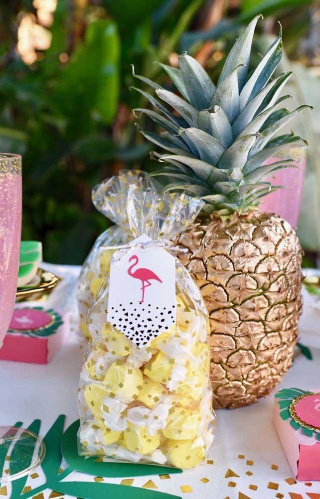 Para o chá de bebê de estilo tropical, a opção foi oferecer bombons como lembrancinha na cor da decoração