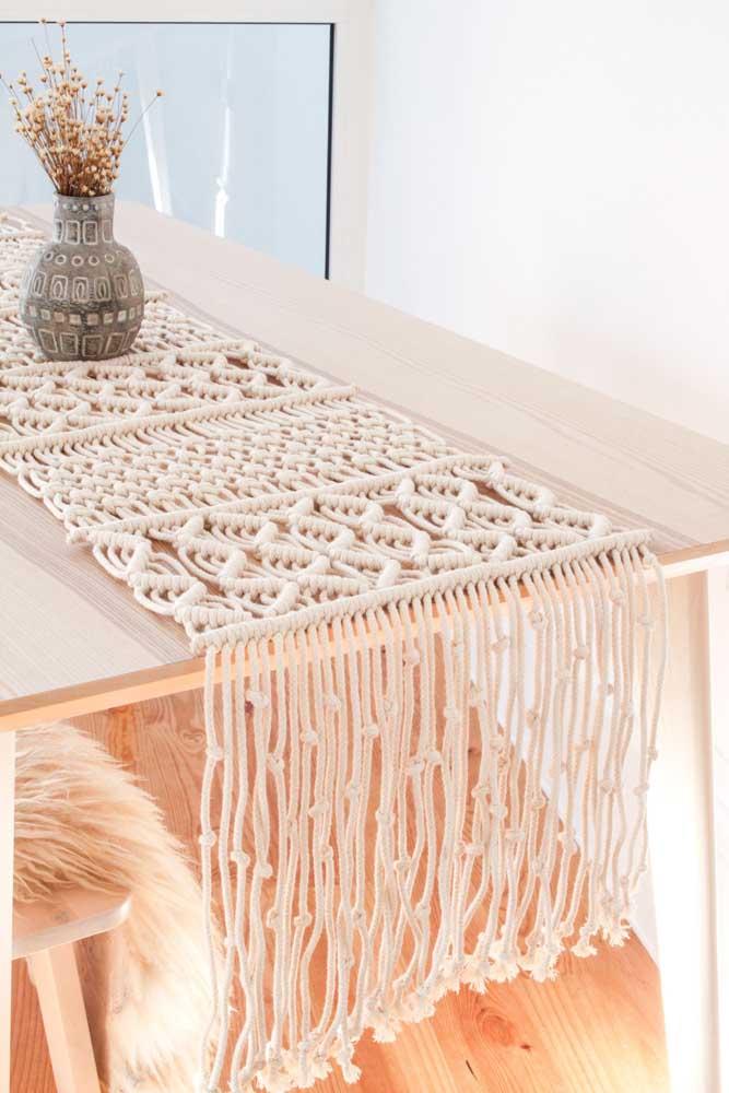 Caminho de mesa feito em macramê para decorar a sala de jantar