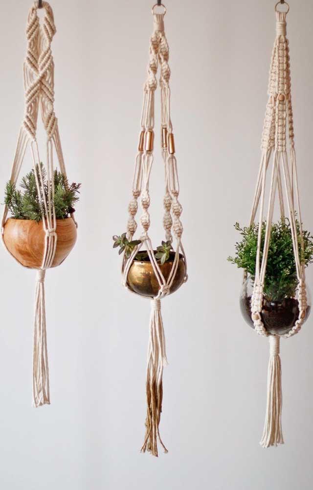 Trio de suportes para plantas em macramê; cada um em um estilo diferente