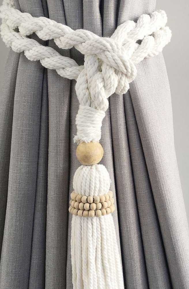 Que tal um laço para cortina feito em macramê? Você pode decorar a peça com miçangas de madeira
