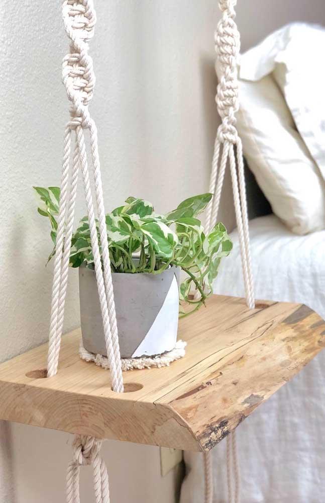 """Olha que ideia linda! Substitua o criado mudo tradicional por um """"balanço"""" de madeira suspenso por fios trançados em macramê"""