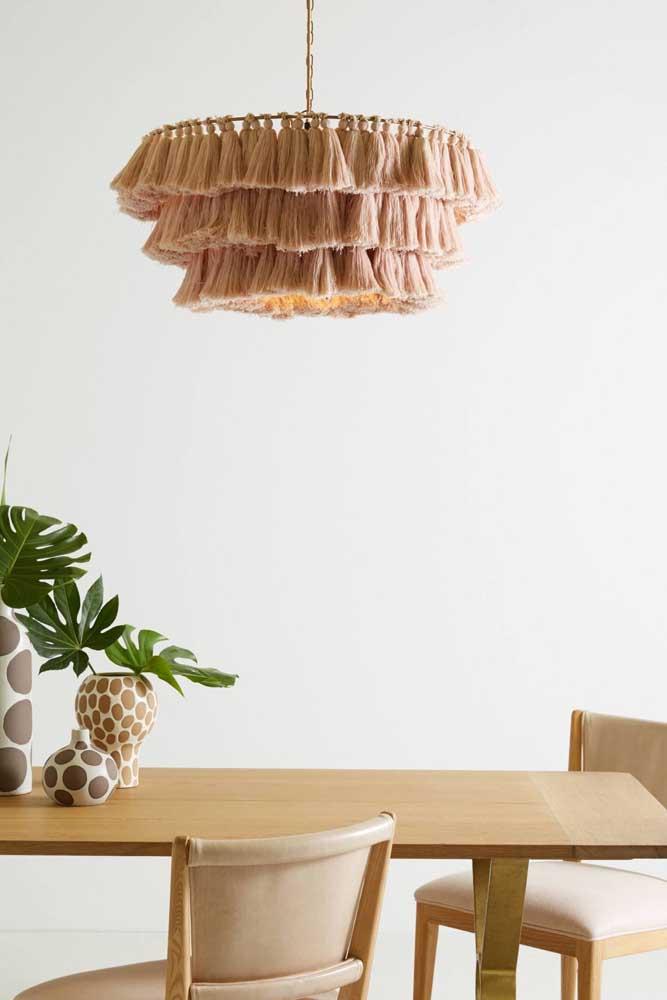 Linda, moderna e encantadora luminária feita na técnica do macramê; as franjas dão o toque especial ao objeto