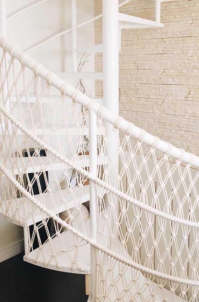 Maravilhosa essa escada com guarda corpo em macramê; além de linda, uma ideia super criativa e original