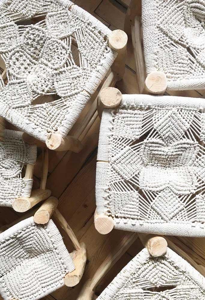 Banquinhos de madeira com assento em macramê; peças que fizeram muito sucesso no passado e que voltaram repaginados para a decoração atual