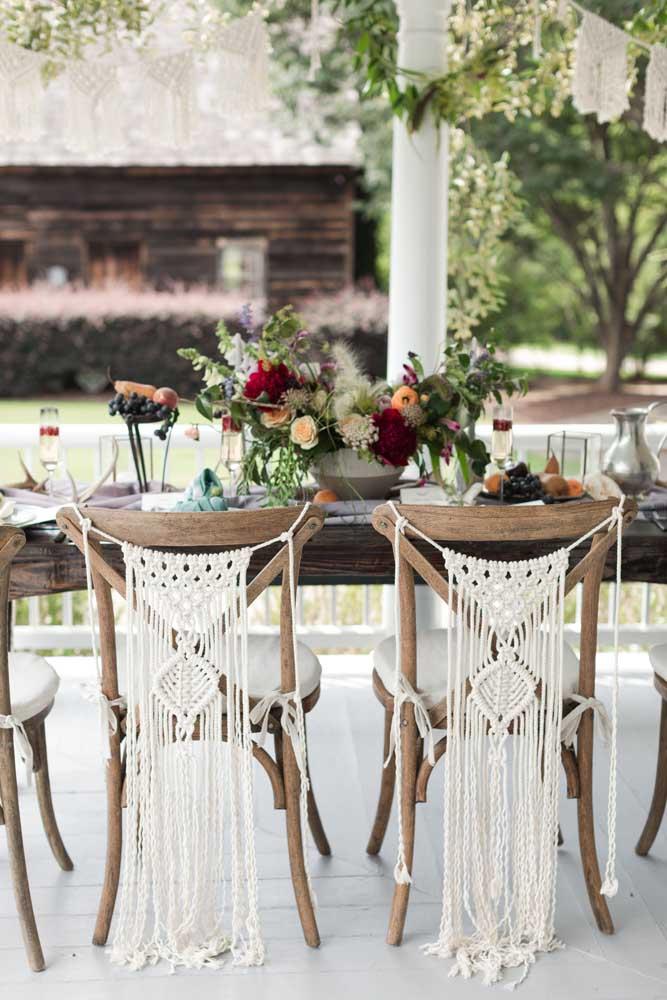 Nessa outra festa, as cadeiras ganharam lindos pendentes em macramê