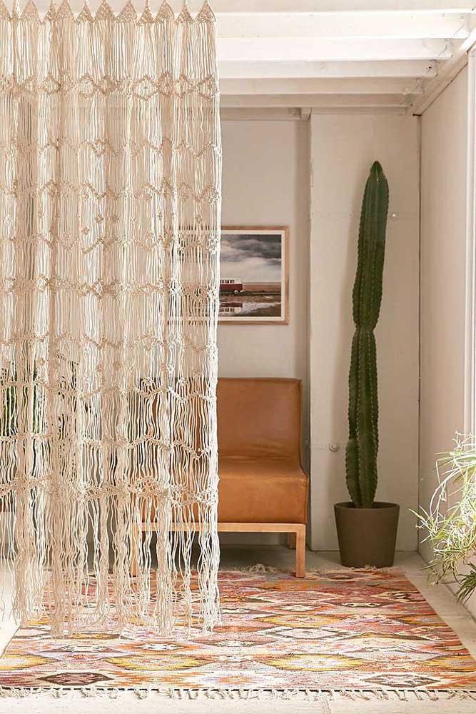 Cortina de macramê grande dividindo os ambientes da casa com total elegância