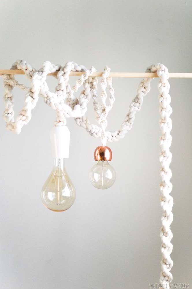 A proposta aqui foi envolver o fio da lâmpada por macramê, gostou?