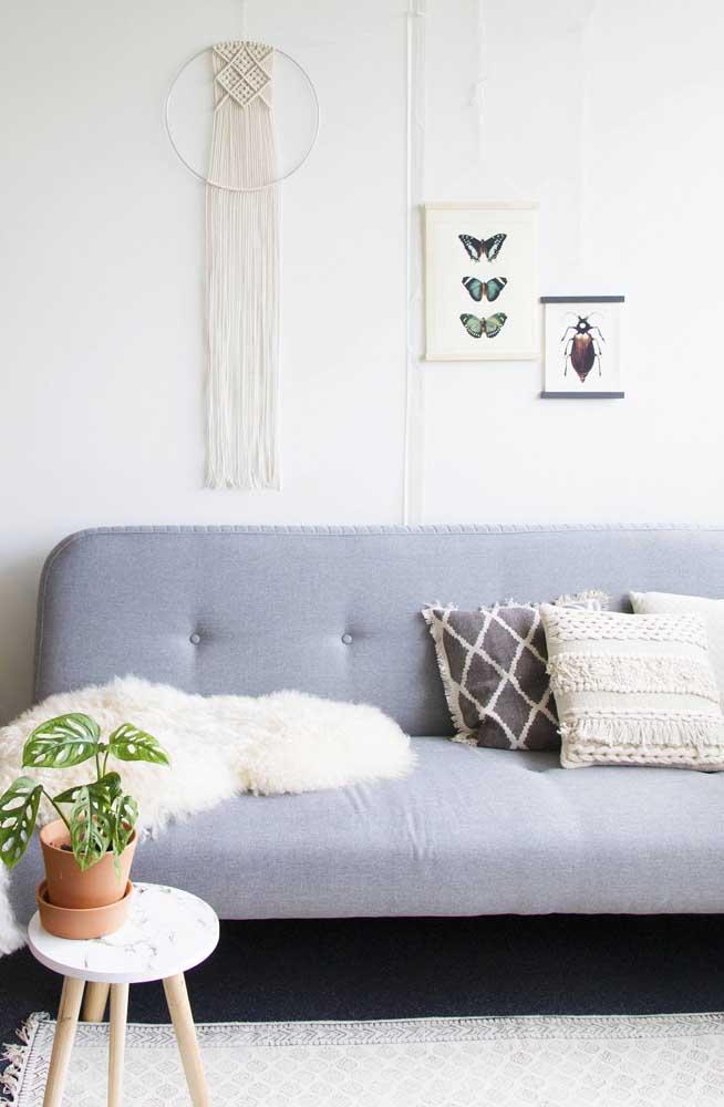 Essa sala de estilo escandinavo conta com um painel de macramê para decorar a parede