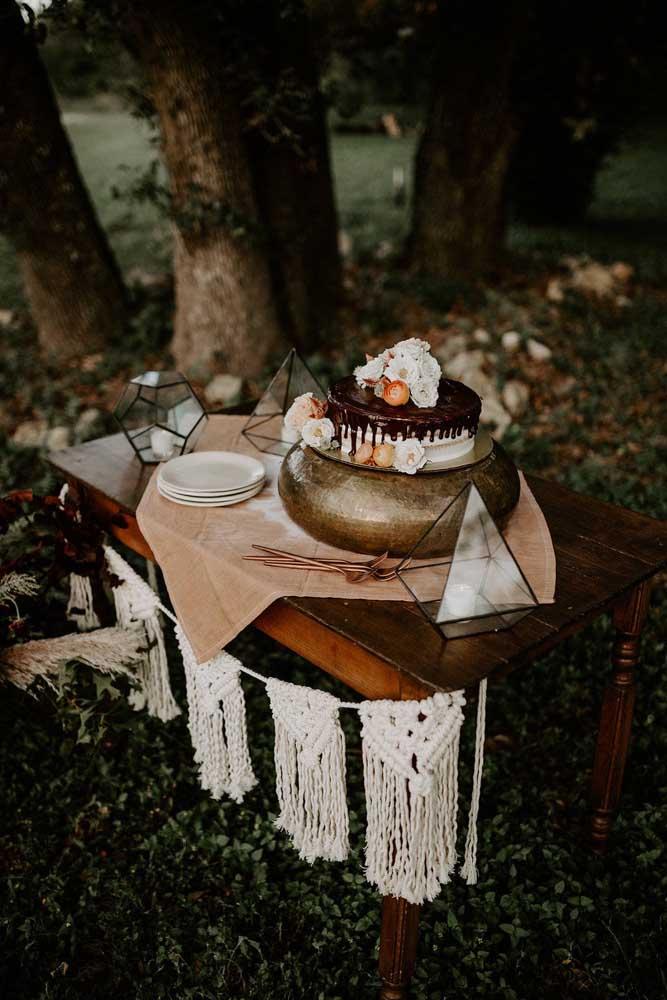 A festa ganha um toque super especial quando é decorada com peças em macramê