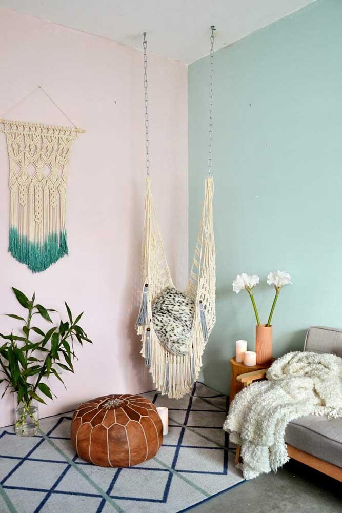 Sala de estar no estilo boho com painel decorativo e balanço feitos de macramê