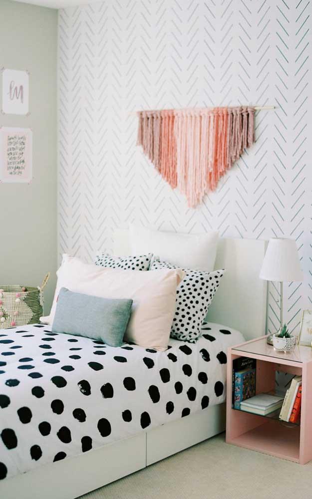 O quarto escandinavo traz um painel de parede feito em macramê de fios coloridos