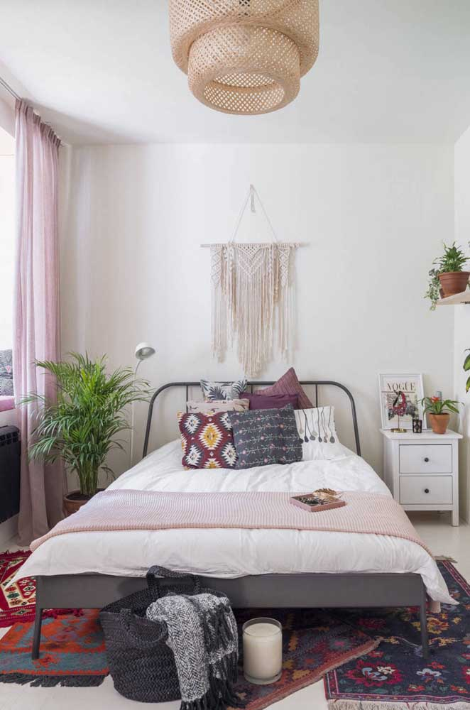 O quarto boho ficou lindo e mais completo com o painel de macramê na parede da cabeceira