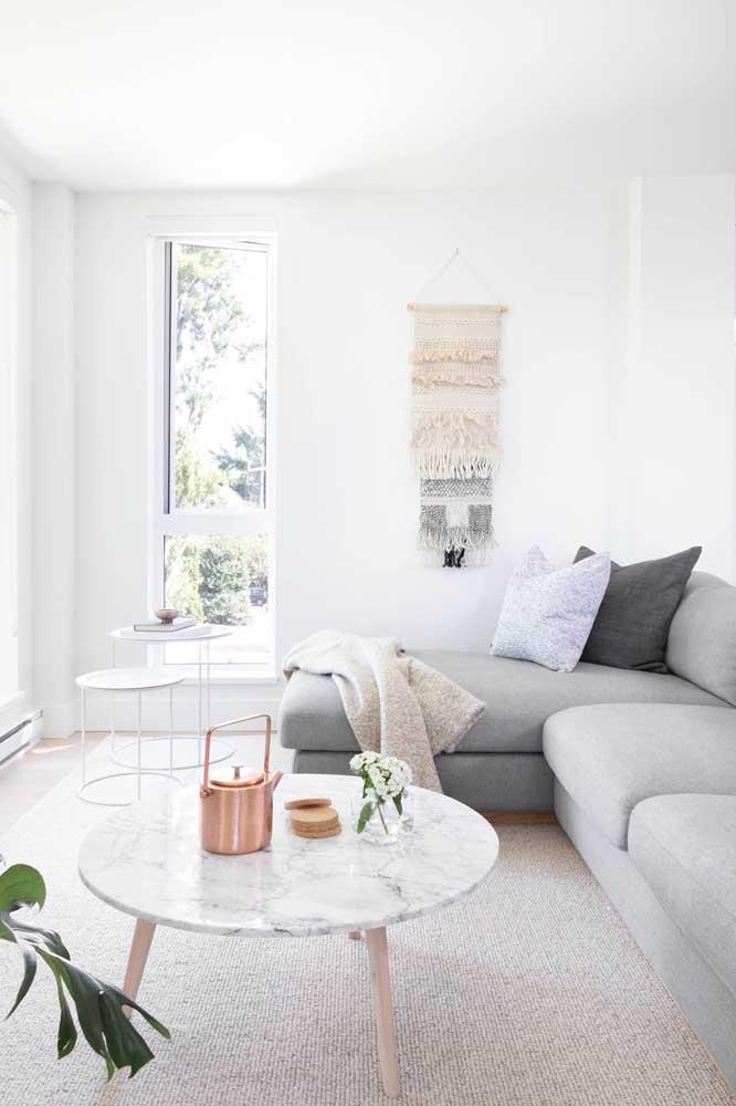 A sala escandinava recebeu muito bem a elegância rústica do painel de macramê para parede