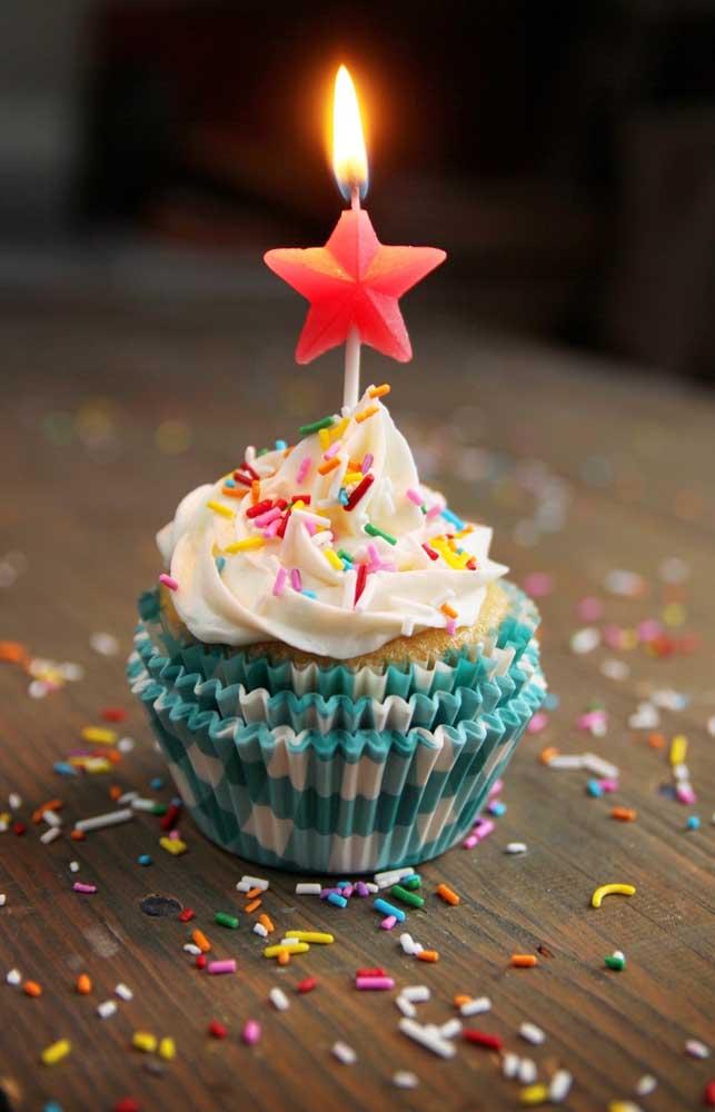 Um cupcake simples, mas super charmosinho para comemorar o mesversário do bebê