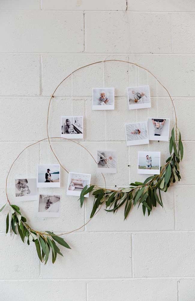 Uma mini retrospectiva com as fotos do bebê e da família decoram esse mesversário super simples