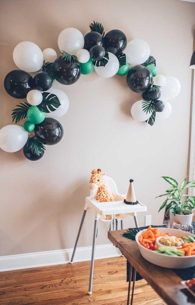 Mesversário intimista comemorado em casa no cadeirão do bebê; para a decoração, apenas bexigas