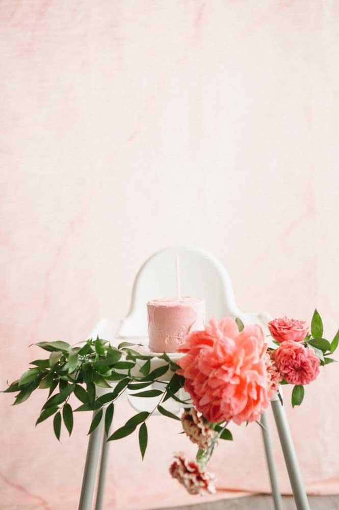 Flores e um bolo simples espatulado compõe esse mesversário feito em casa