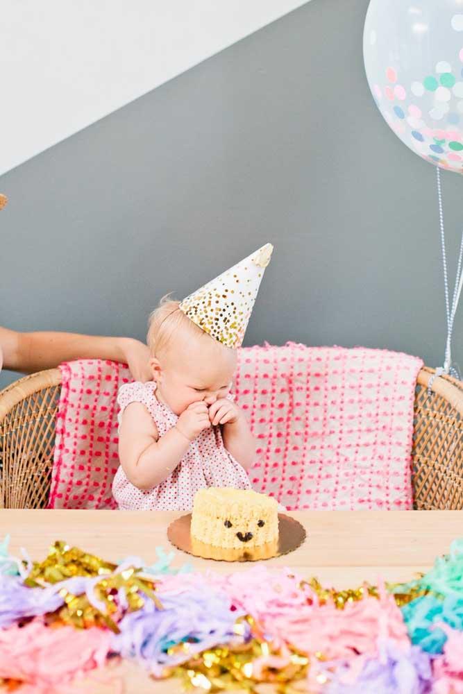 Para o bebê, um bolo simples, sem recheio e sem cobertura