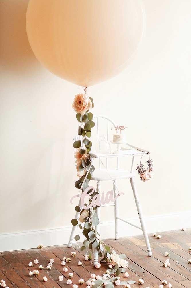 Balão gigante e flores decoram o cenário das fotos do mesversário