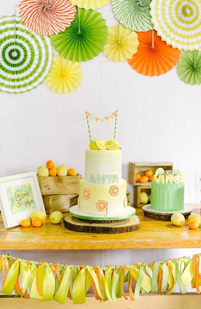 Mesversário decorado com tema de frutas; propostas assim são interessantes para os bebês maiores que já conseguem interagir melhor com o evento