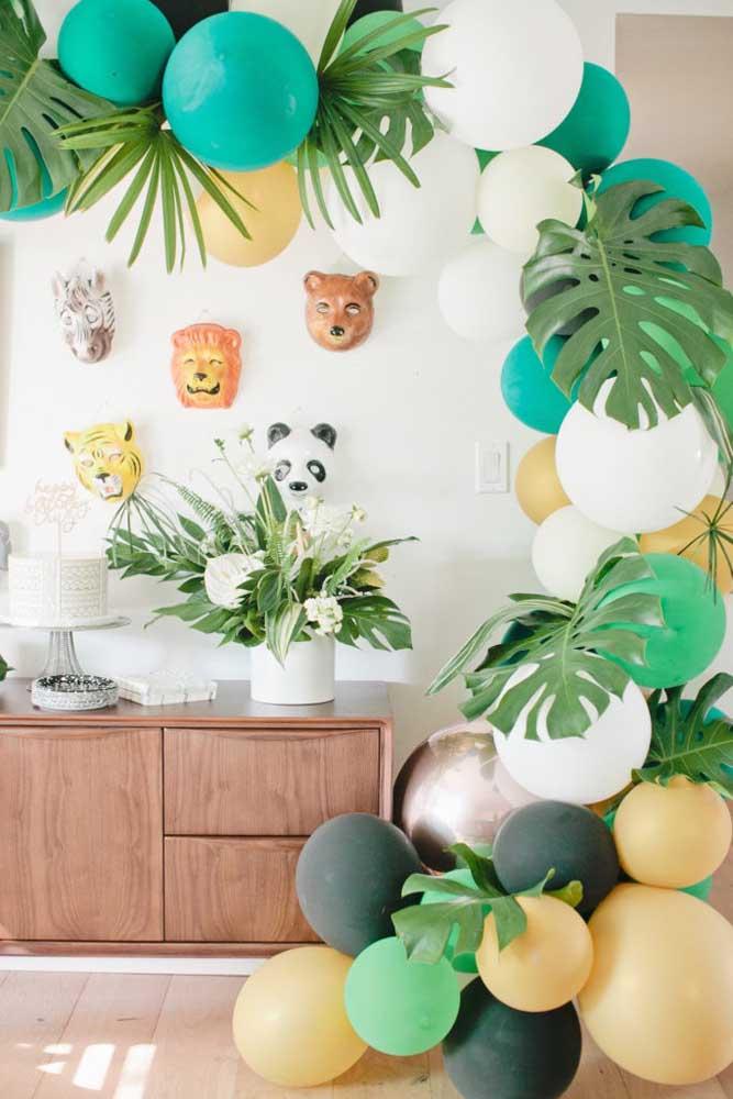 Já esse outro mesversário aqui conta com uma decoração mais elaborada feita com balões no tema safari