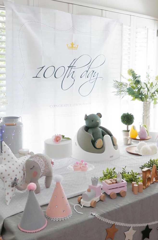 Cem dias do bebê celebrado em tons de rosa, branco e cinza, além, é claro, de bichinhos fofos