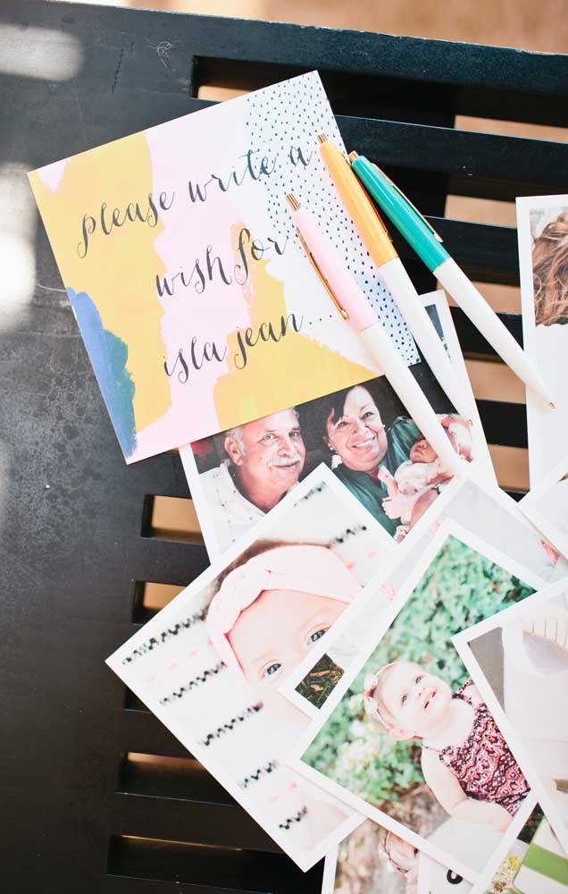 Deixe papel e caneta para os convidados deixarem suas mensagens e votos de felicidade ao bebê
