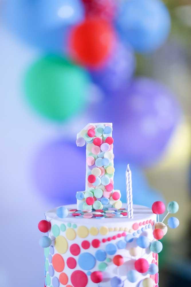 Confetes de pasta americana colorem esse bolo do mesversário de um mês