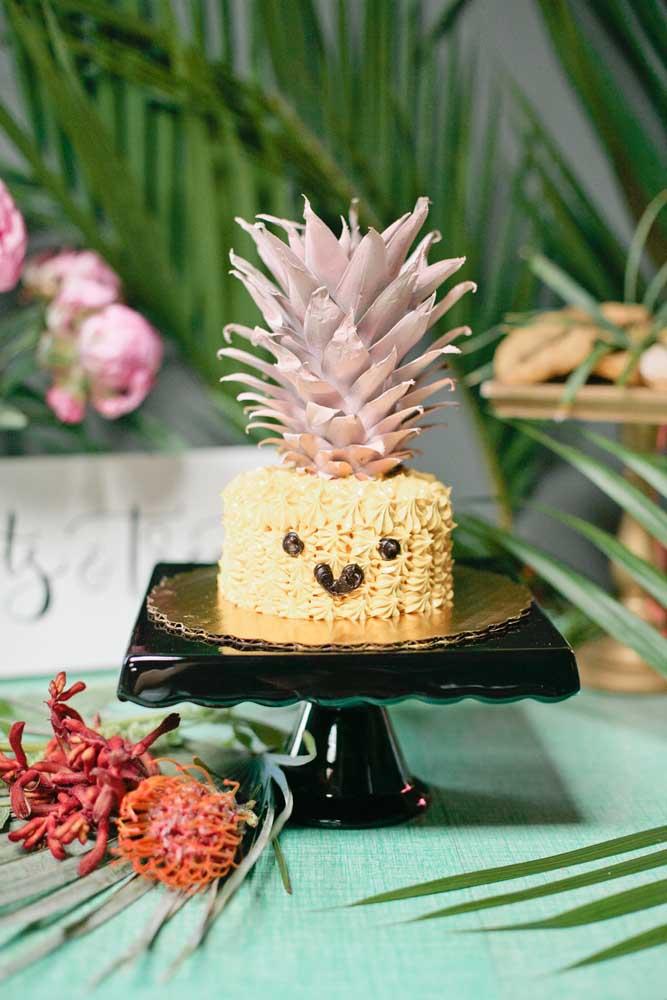 E que tal essa ideia aqui: bolo em formato de abacaxi para o mesversário