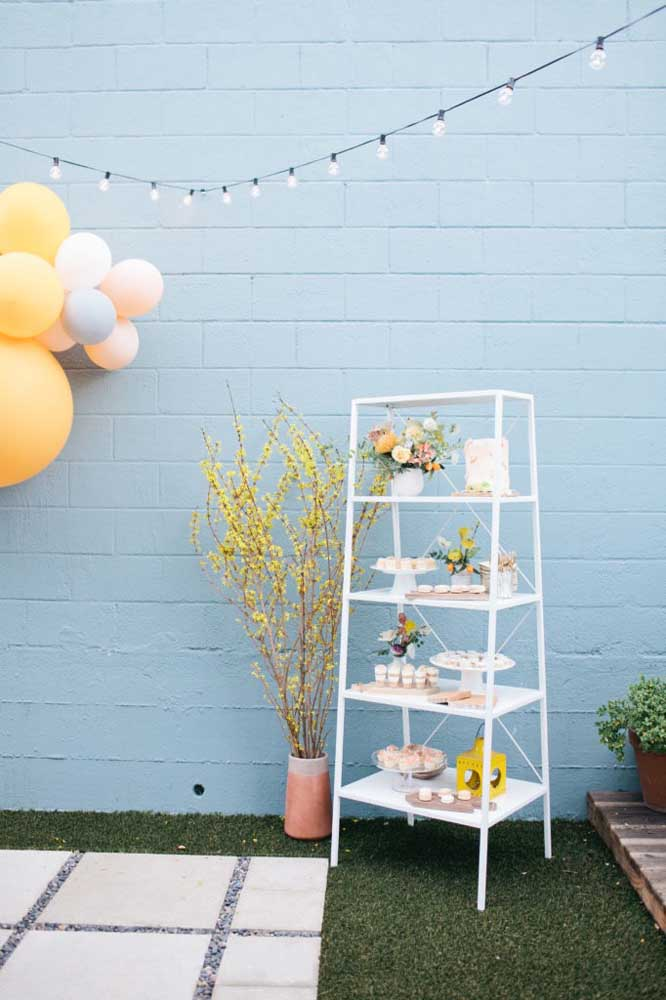 Mesversário no jardim: tem bolo, balão e varal de lâmpadas!
